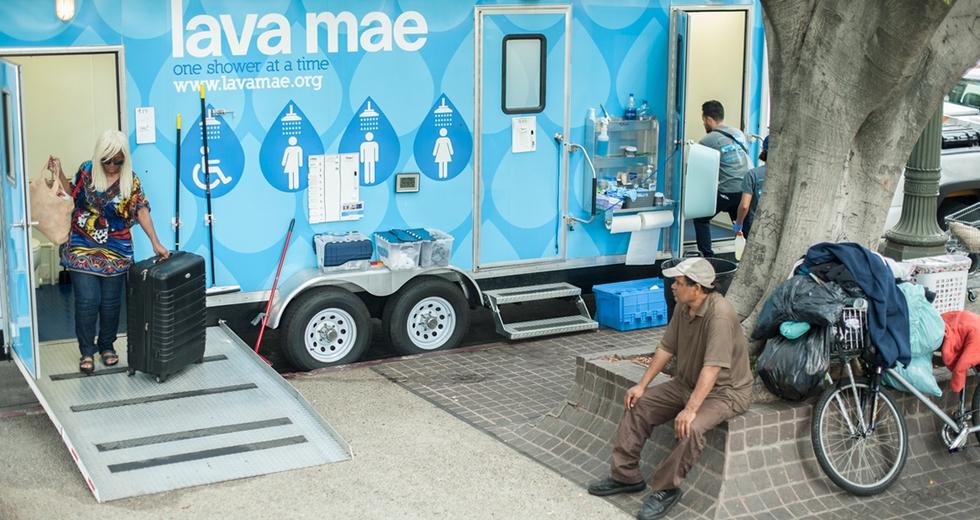"""Lava Mae, vecchi autobus diventano docce """"on the road"""" per restituire dignità ai senzatetto"""