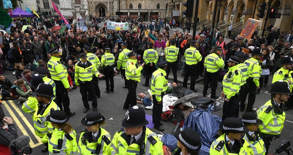 Oltre 300 attivisti di Extinction Rebellion sono già stati arrestati a Londra