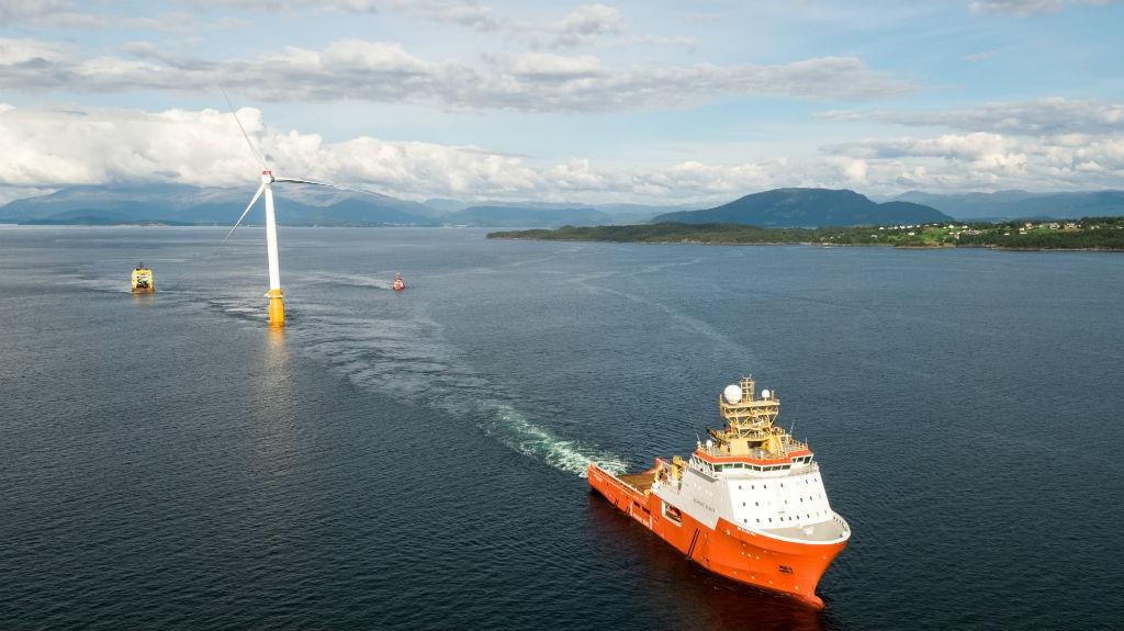 Desertec & solare vs nucleare - Pagina 7 Installazione-di-una-delle-turbine-del-parco-eolico-galleggiante-Hywind