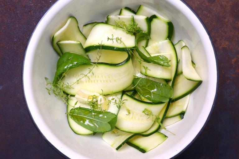 Condisci le fette di zucchina con erbe aromatiche olio, sale e pepe © Beatrice Spagoni
